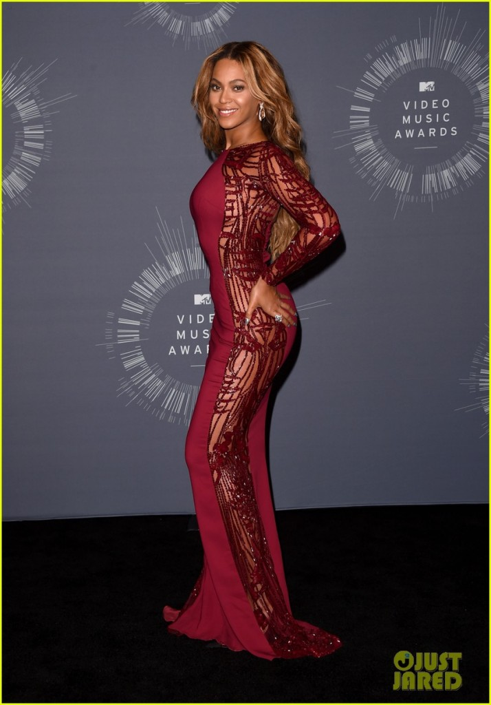 beyonce-shows-off-four-moonmen-in-vmas-press-room-08