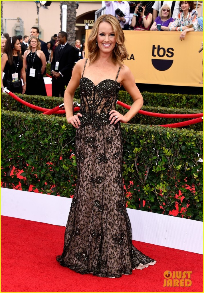 maria-menounos-goes-gold-for-sag-awards-2015-red-carpet-14